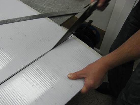 Порезка пластика ножницами