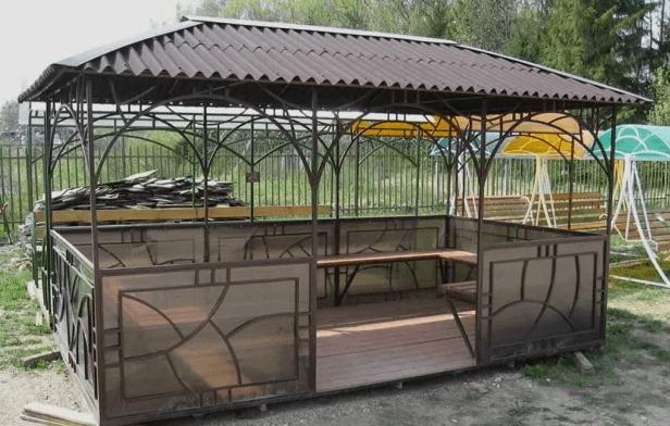 Садовое строение с шиферной крышей
