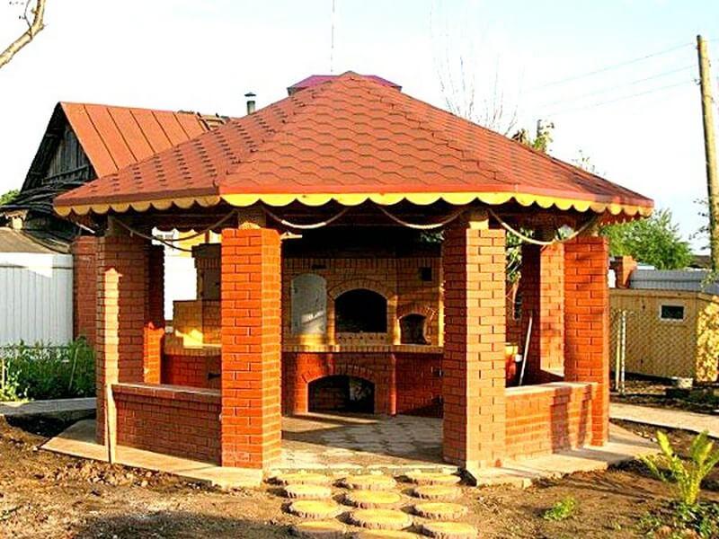 строение из кирпичной кладки с мангалом